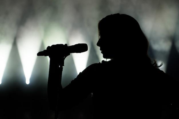 Zanger in silhouet