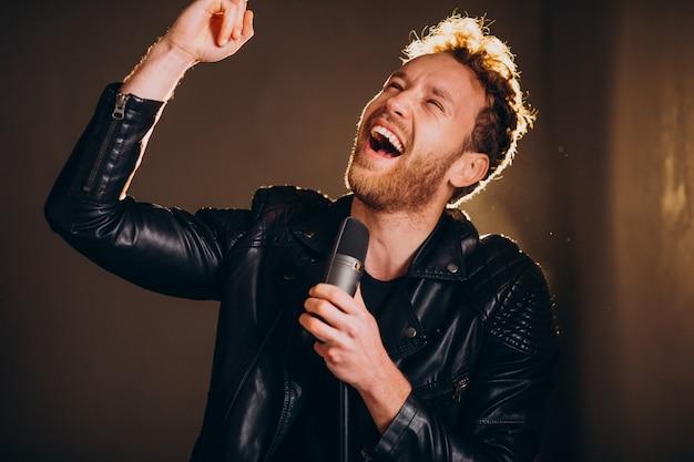 Zanger met microfoon zingen in studio