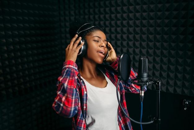Zangeres liedjes in audio-opnamestudio