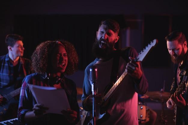 Zangers zingen in de studio