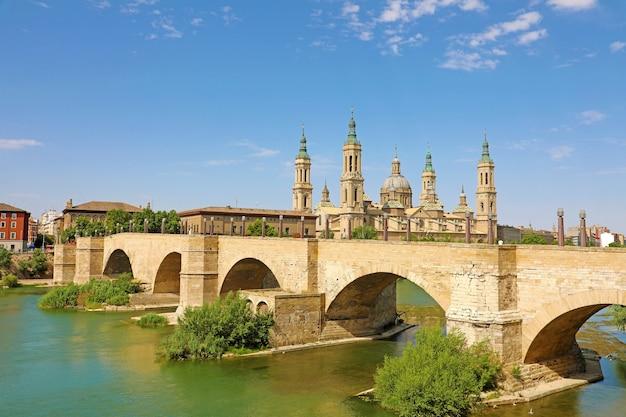 Zaragoza stadsgezicht met de brug puente de piedra