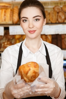 Ze is een echte chef! selectieve aandacht voor een mooie vrouwelijke bakker lachend