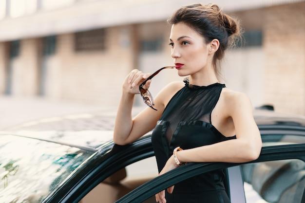Ze is klaar om de wereld te winnen - zelfverzekerde vrouw in de auto