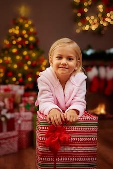 Ze kan niet wachten om alle cadeautjes uit te pakken