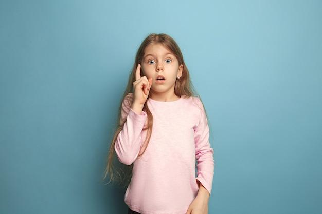 Ze onthouden alles. tiener meisje op een blauw. gezichtsuitdrukkingen en mensen emoties concept