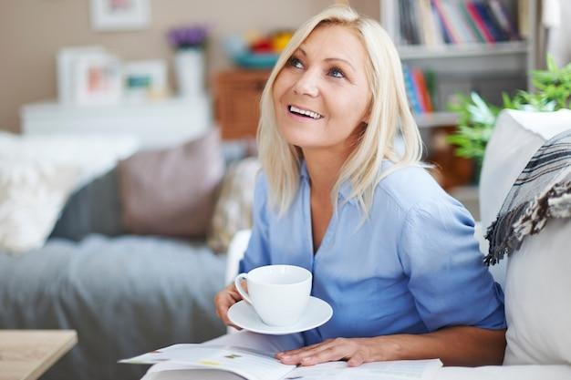 Ze ontspant graag met de krant en koffie