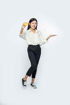 Ze was gekleed in een wit overhemd en een donkere broek om te gaan winkelen en had een creditcard vast
