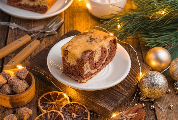 Zebracake met cacao op een feestelijke kerstachtergrond
