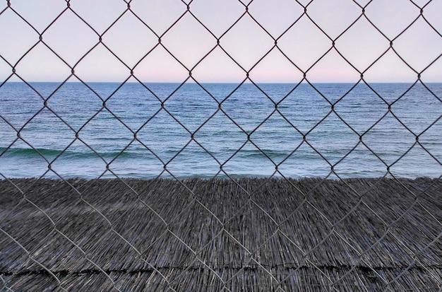 Zee achter tralies, traliewerk. ontoegankelijke recreatie