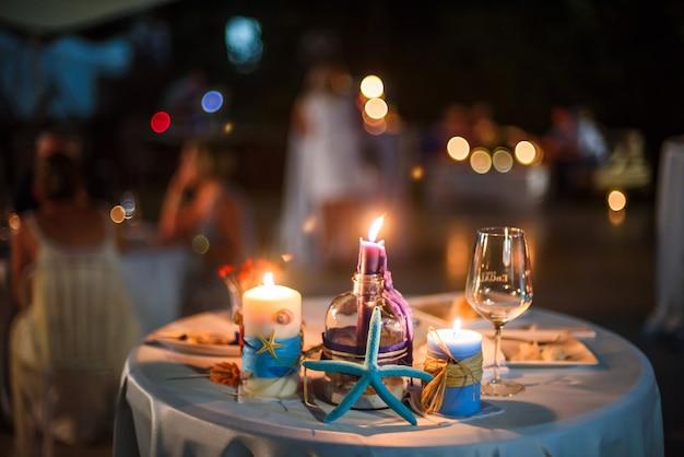Zee decoraties op een tafel in de avond