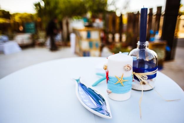 Zee decoraties op een tafel