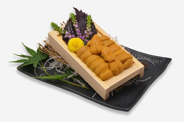 Zee-egel roe in houten lade japanse stijl (uni sushi of sashimi ingrediënten)