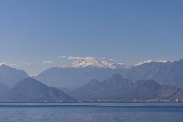 Zee en berg van antalya, turkije