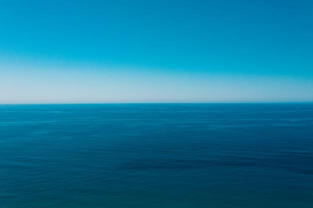 Zee en blauwe hemelachtergrond.