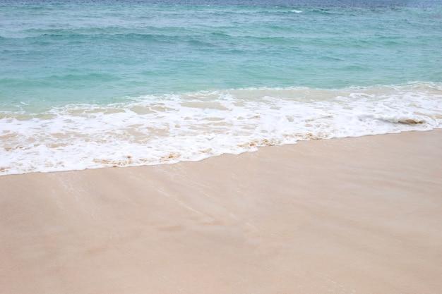Zee en golf met strand