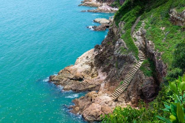 Zee en kust met trap niemand zonnig daglandschap.