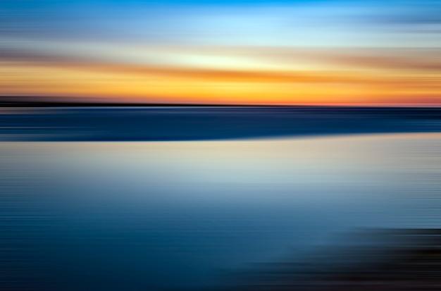 Zee en lucht in een zonsondergang met contrasterende kleuren