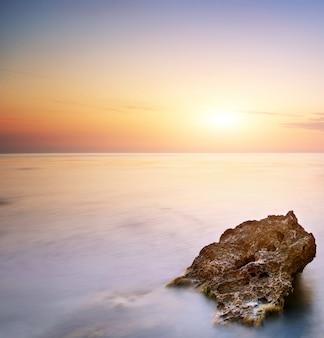 Zee en rock bij de zonsondergang