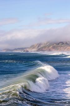 Zee golven en bewolkte hemel