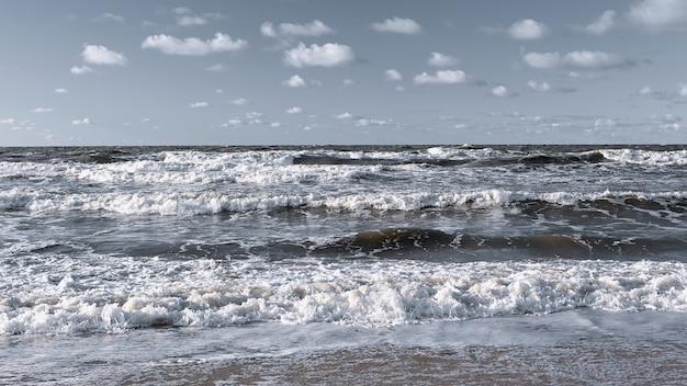 Zee golven op een zomerdag panoramisch landschap
