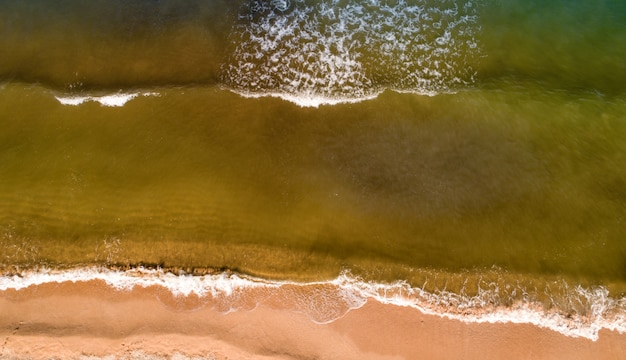 Zee golven op het prachtige strand luchtfoto drone 4k schot