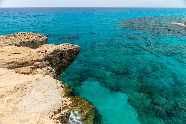 Zee golven slaan tegen de rotsachtige kust.