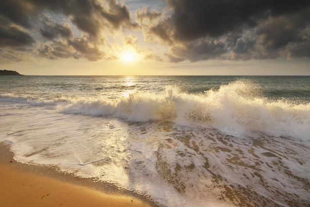 Zee golven tijdens storm op zonsondergang