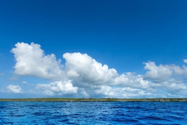 Zee in het strand van zanzibar. natuurlijk tropisch waterparadijs. natuur ontspannen. reis tropisch eilandresort.