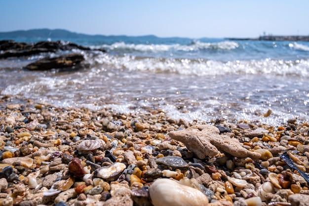 Zee kiezels op het strand