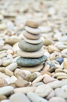 Zee kiezelstenen toren in een tuin. close-up beeld van gestapelde evenwichtige jack-stenen.