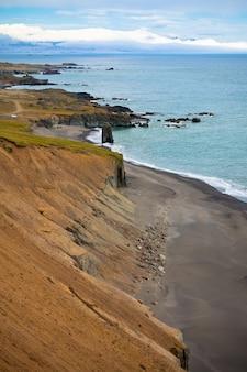 Zee kustlijn van oost-ijsland