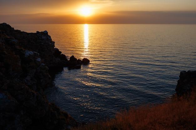 Zee lagune met een zandstrand bij zonsondergang