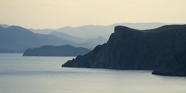 Zee landschap met een silhouet van rotsen