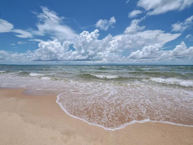Zee landschap, tropische zee en eautiful blauwe hemel met wolken, concept vakantie