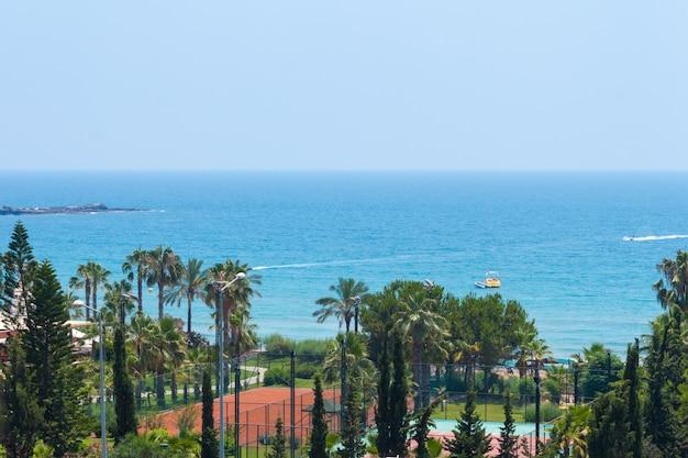 Zee landschap van het strand van turkije. paradijs in alanya. resort voor zomervakanties. tennisbaan.