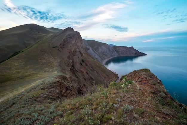 Zee lente baai. uitzicht vanaf de berg. samenstelling van de natuur.