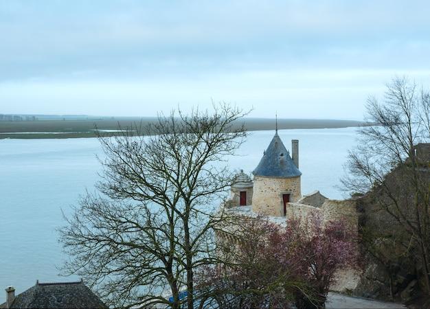 Zee lente uitzicht vanaf de muren van mont saint-michel frankrijk.