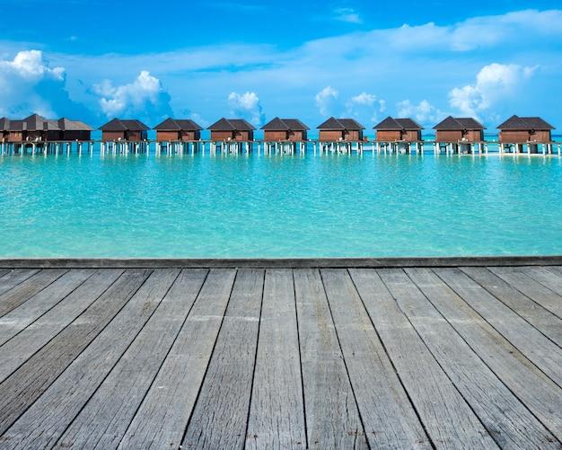 Zee maldiven. tropisch eiland van de maldiven met strand. reizen landschap Premium Foto