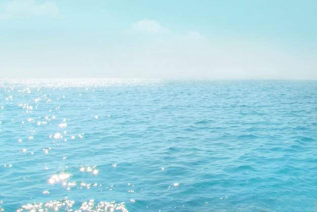 Zee met blauwe lucht en witte wolk