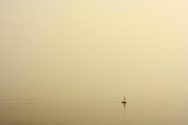 Zee met een boot landschap