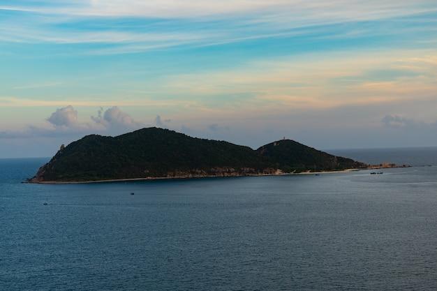 Zee met een eiland in de verte in vietnam