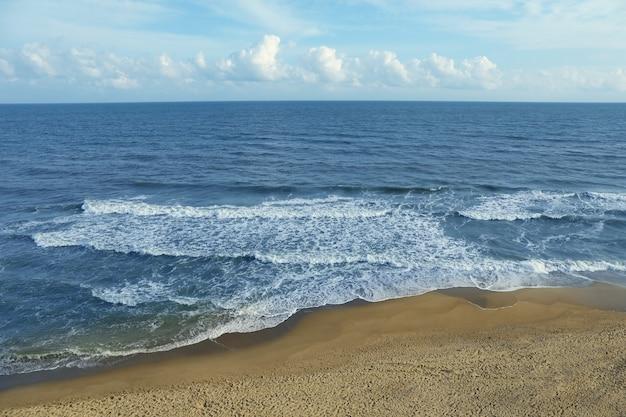 Zee met golven op mooi zandstrand