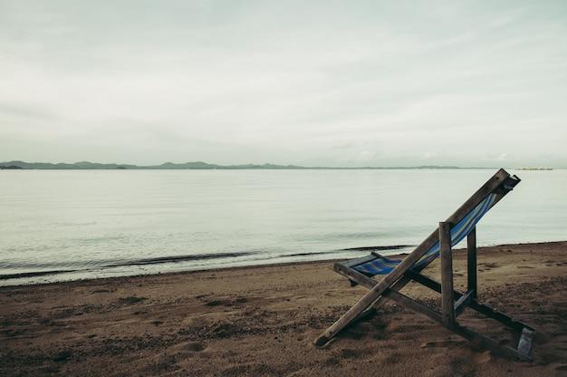 Zee met resort en strandstoelen