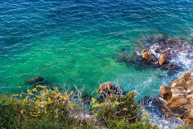 Zee met rotsen en blauwe wateren in nice
