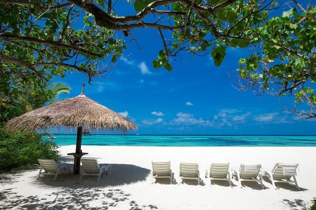 Zee op de malediven. tropisch strand op de malediven met blauwe lagune
