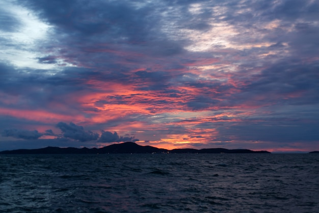 Zee roze zonsondergang. mooie kleurenwolken.
