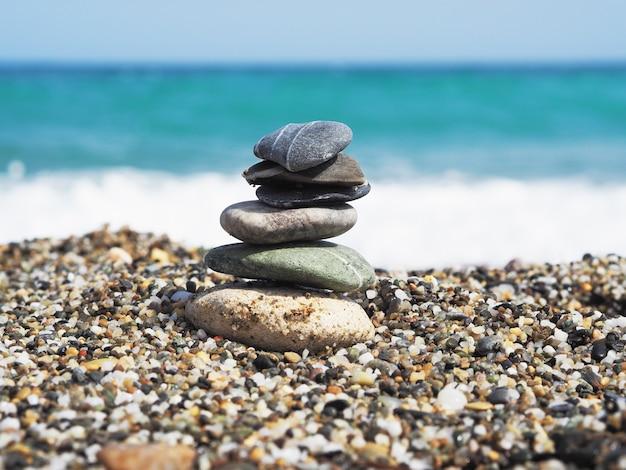 Zee stenen en blauwe zee achtergrond. zonnige dag.
