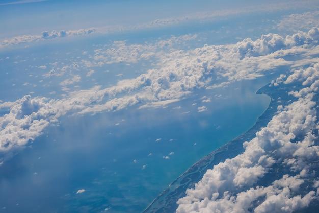Zee, strand en berg vanuit het vliegtuig