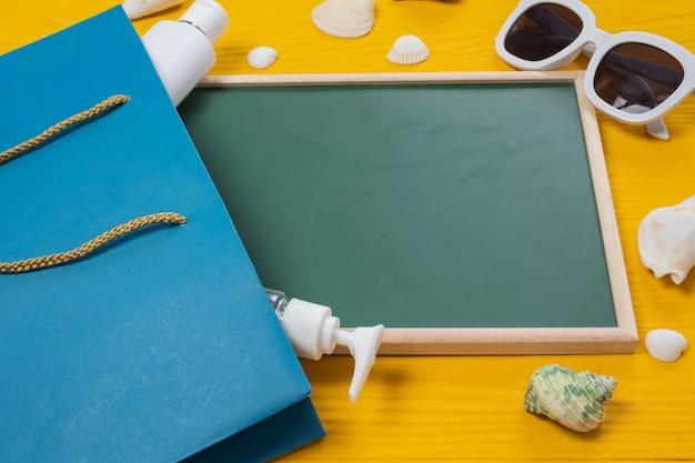 Zee toerisme, een groen schrijfbord geplaatst met verschillende objecten op een gele houten vloer.