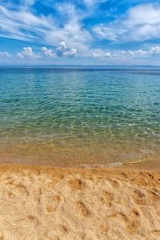 Zee zand hemel concept. zand op strand en blauwe zomerhemel, rust en natuurconcept